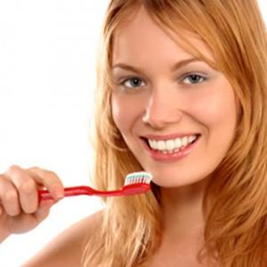 отбеливание зубов зубной пастой 300x300 Топ 10 способов отбеливания зубов: все за и против